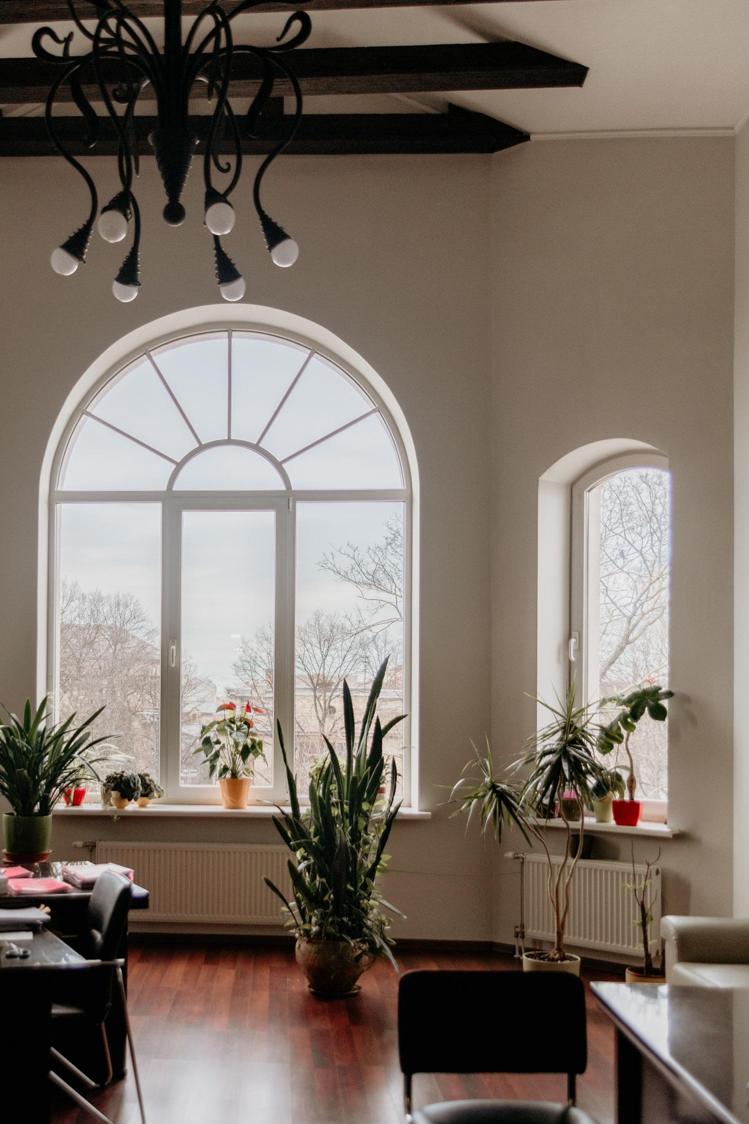 Vacker interiör och fönster på Latvian American Eye Center i Riga