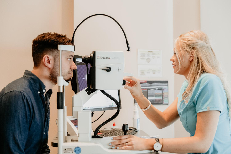 Optiker utför syntester inför linsimplantat på LAAC, Riga, Lettland