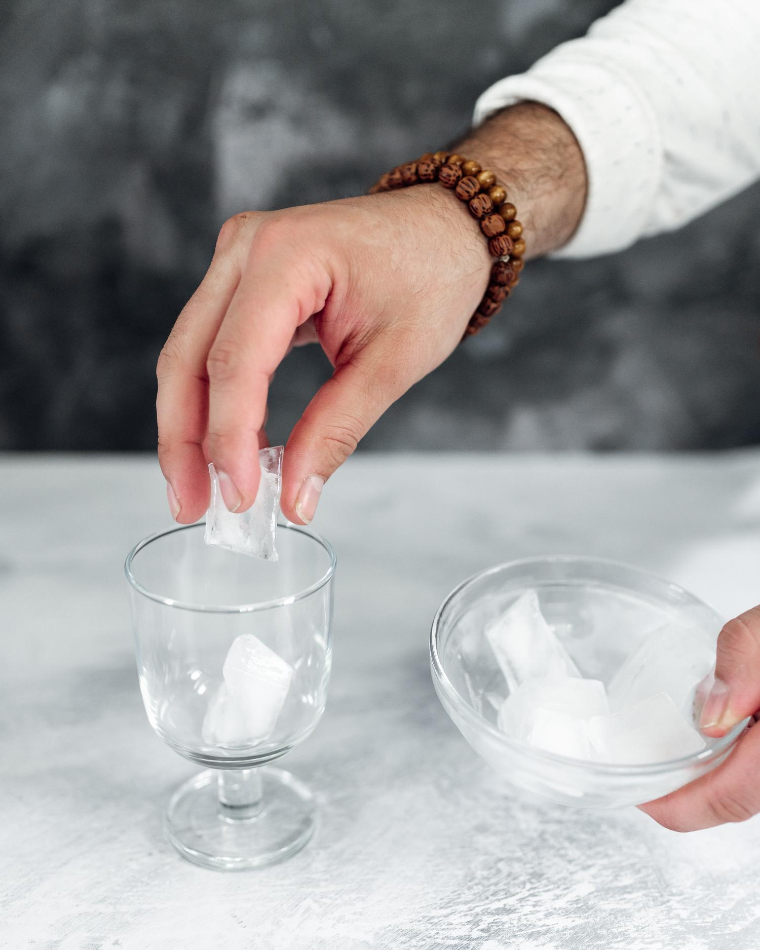 Tillsätt is i glaset.
