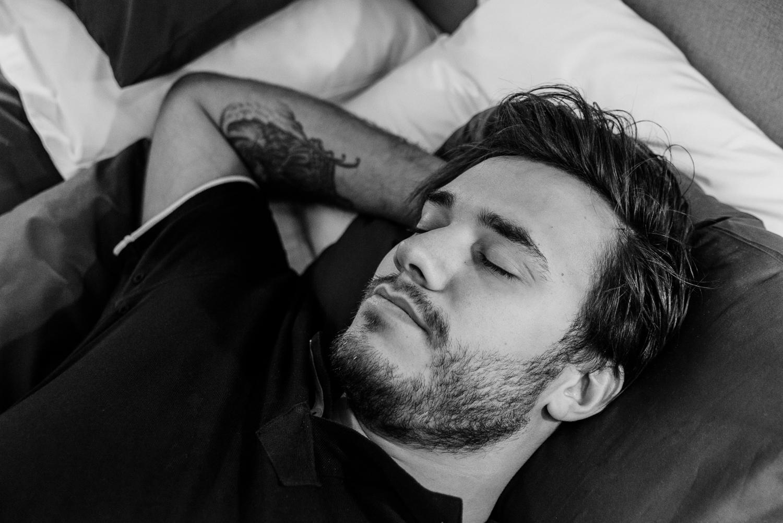 Svartvitt foto av en man sovandes i säng