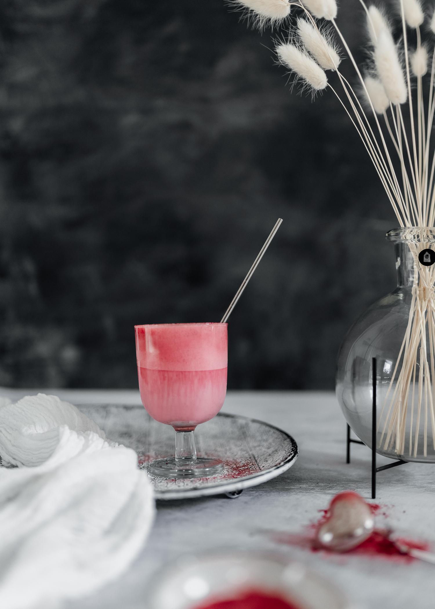 En rosa och vegansk Dalgona rödbetslatte