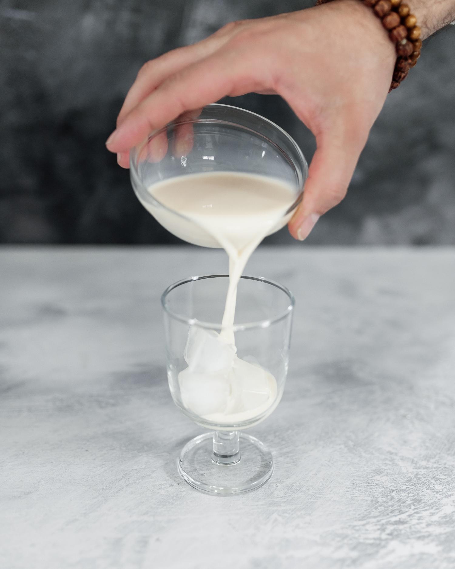 Häll sojamjölk över is