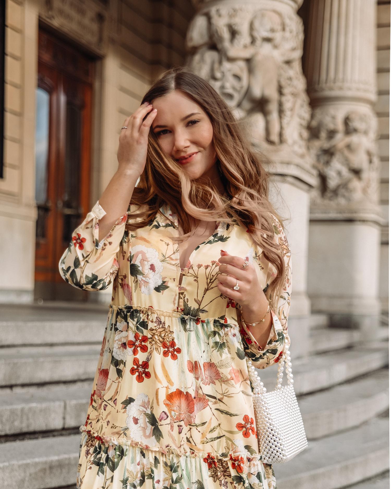 Outfit med ljusgul blommig klänning från Ajlajk och pärlväska