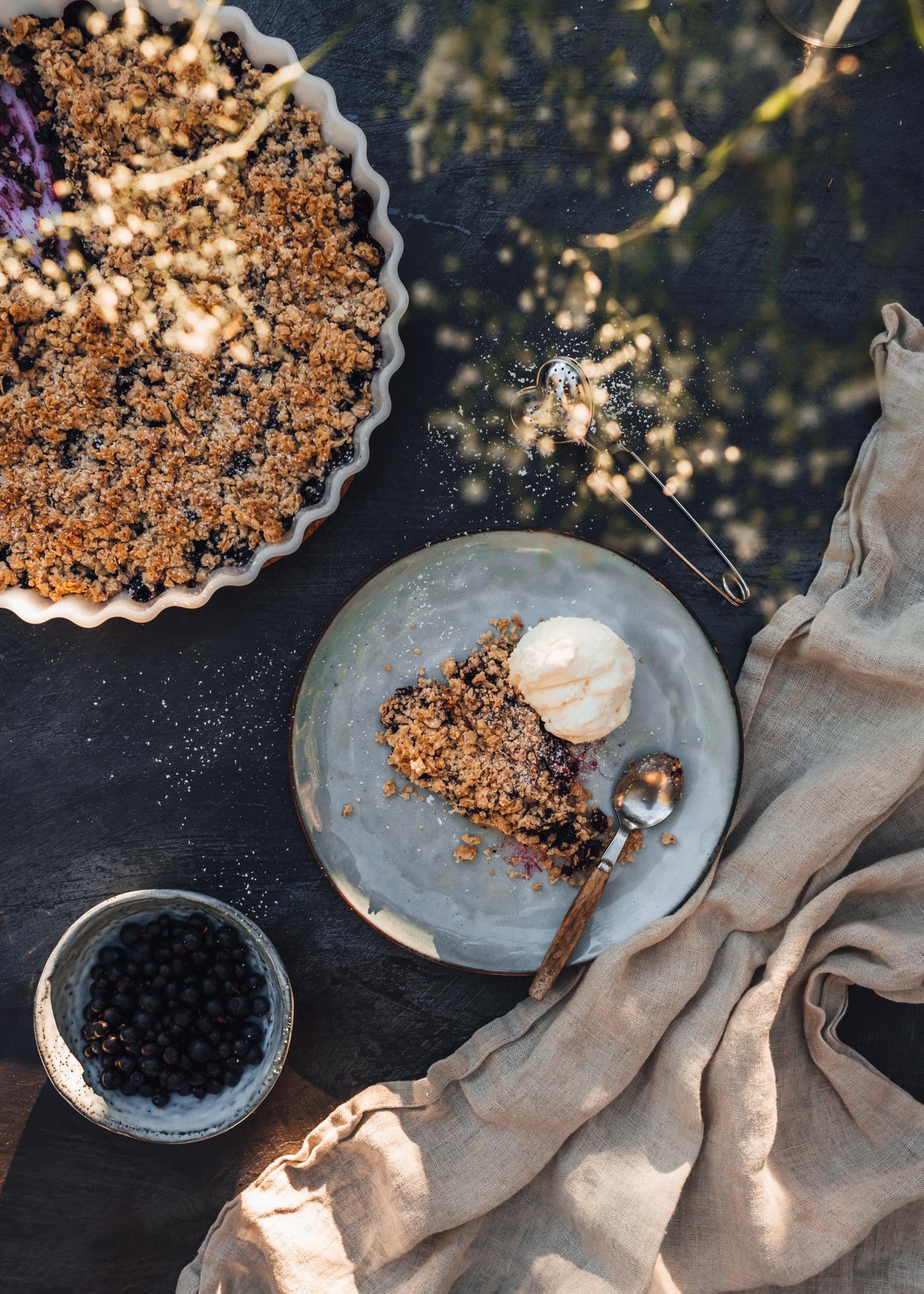Blåbärssmulpaj med vaniljglass