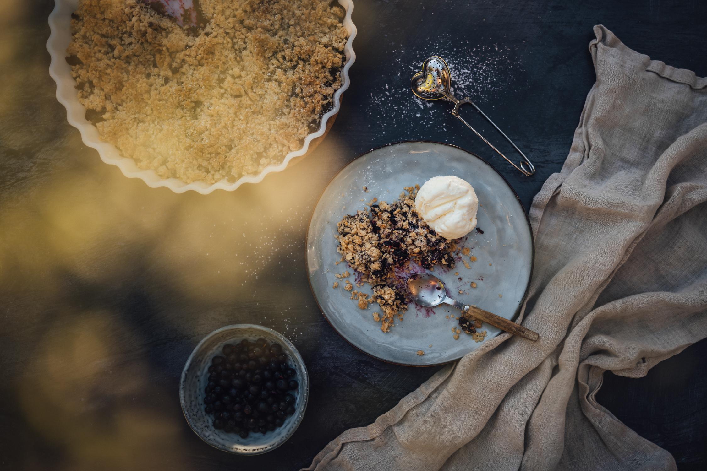 Blåbärssmulpaj med glass