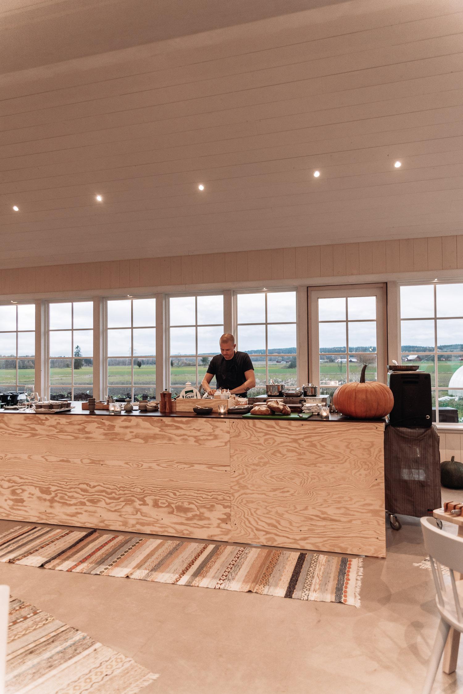 Kocken Anders Johnsson lagar närodlad mat på restaurang MULL