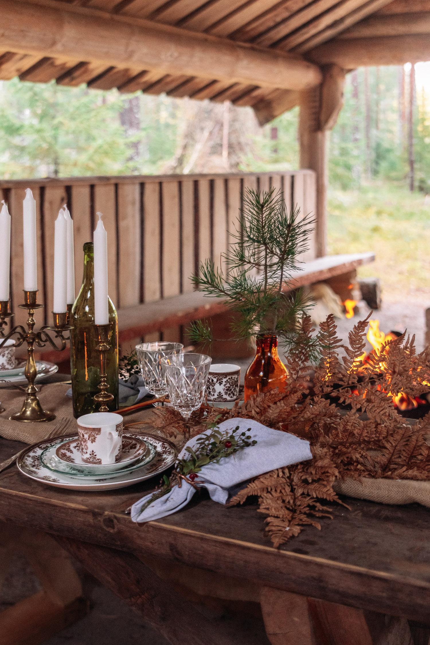 Vackert uppdukat på träbord i skogen med Fröken Julies Porslin i Örebro