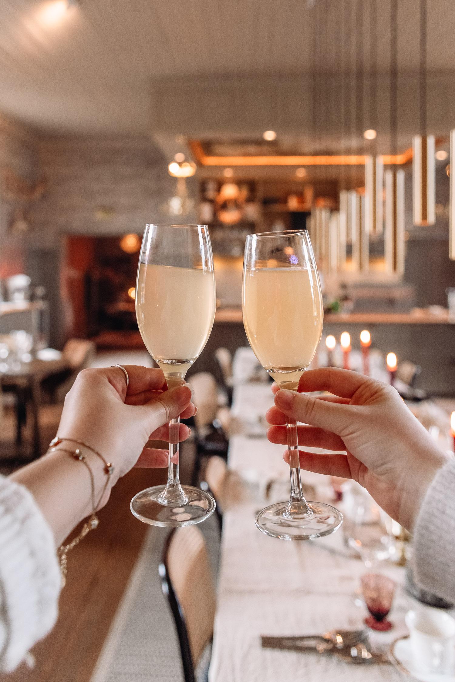 Ida & Elin skålar med mimosa-inspirerad frukostdryck i Egastronomi