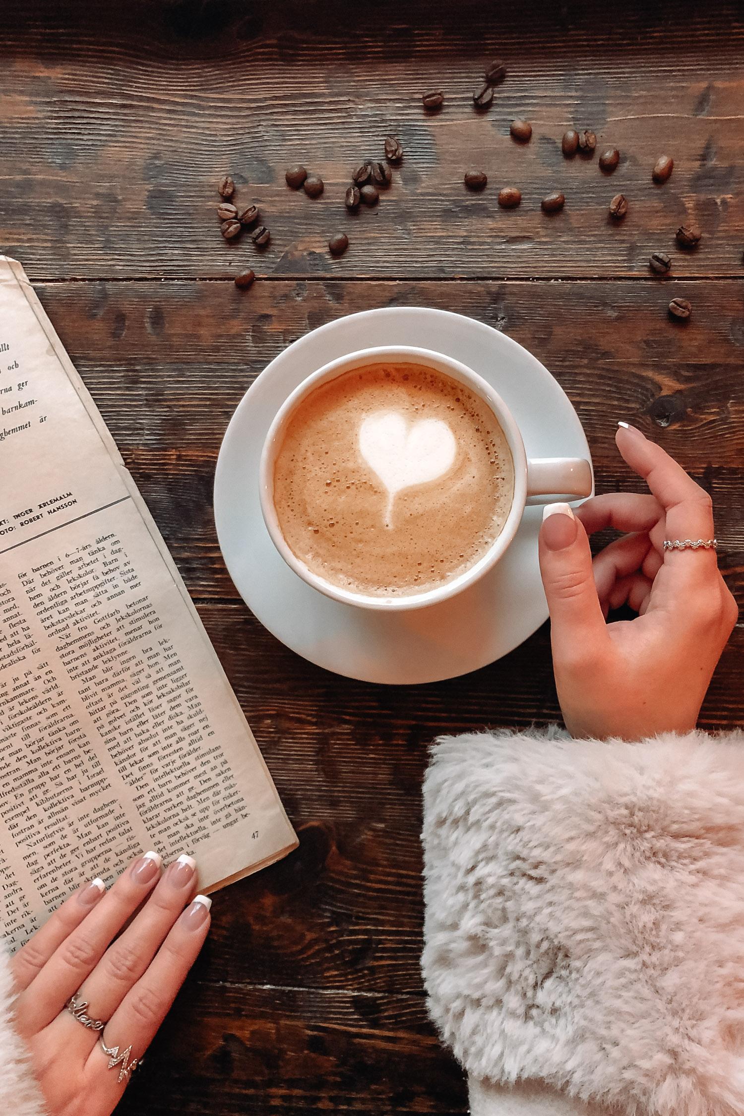 Snygg caffe latte med hjärta på cafét Gamla Örebro i Wadköping