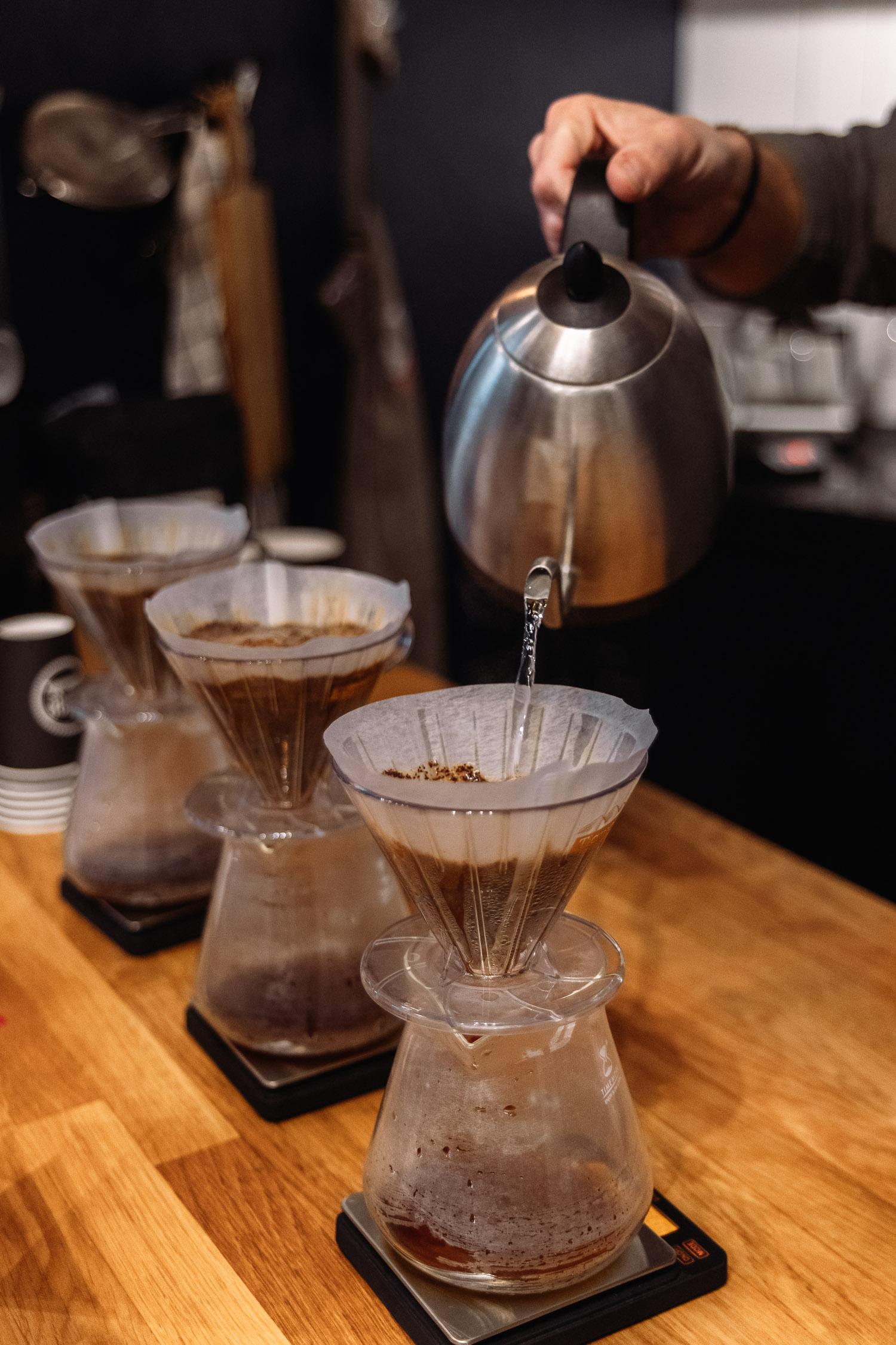 Nybryggt kaffe hälls upp på Cozo Coffee