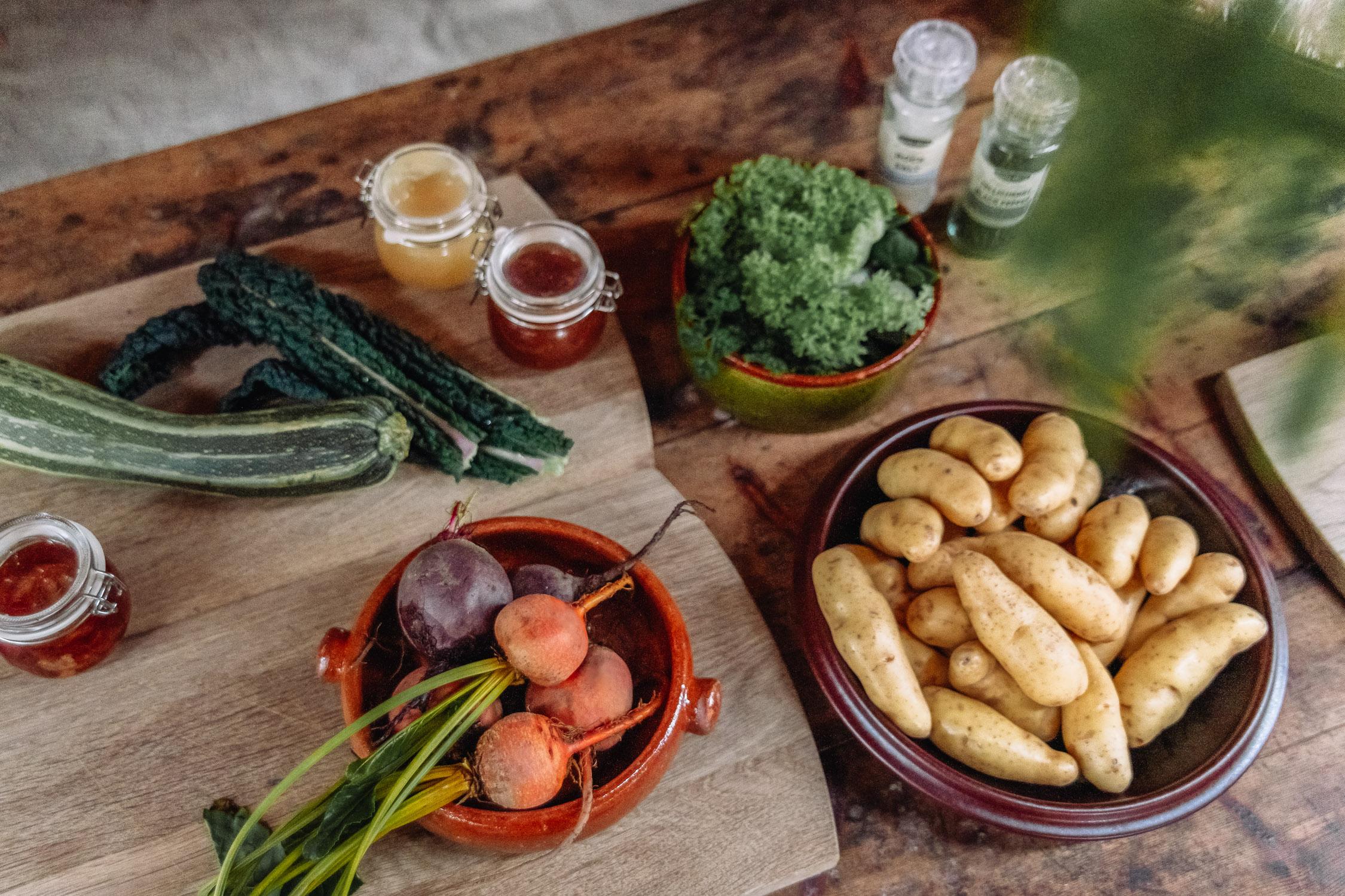 Lokala råvaror förbereds till lunch på Ströms Catering, Örebro