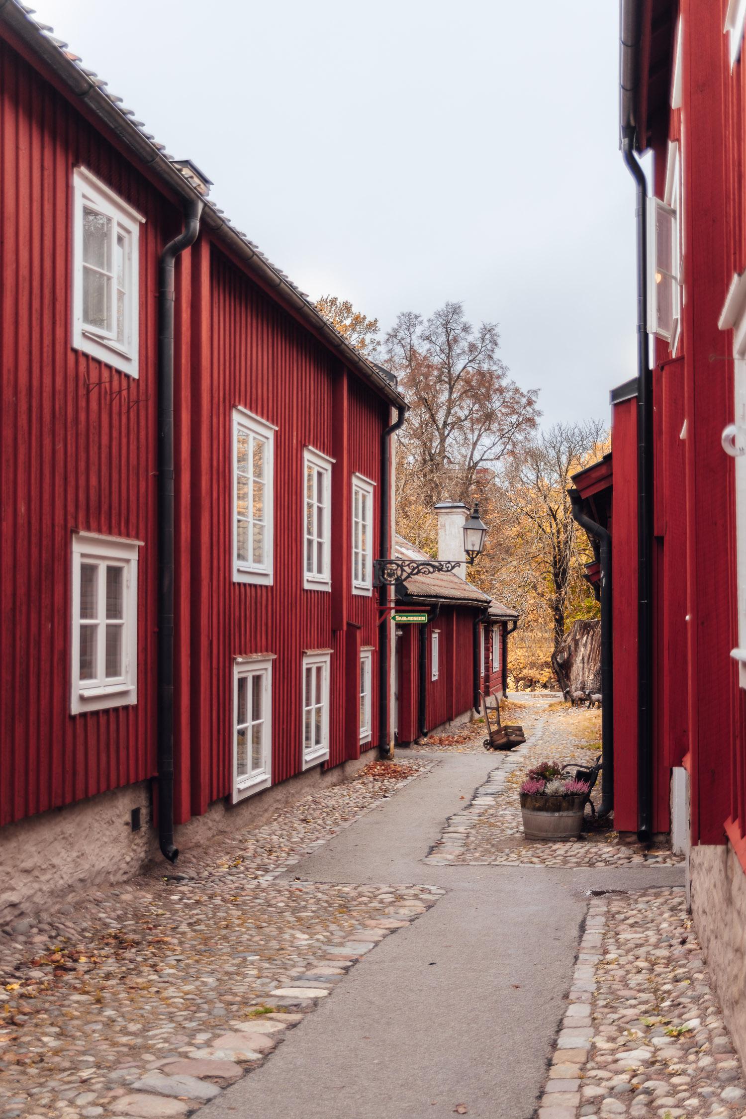 Vacker gata med röda byggnader i friluftsmuseet Wadköping, Örebro