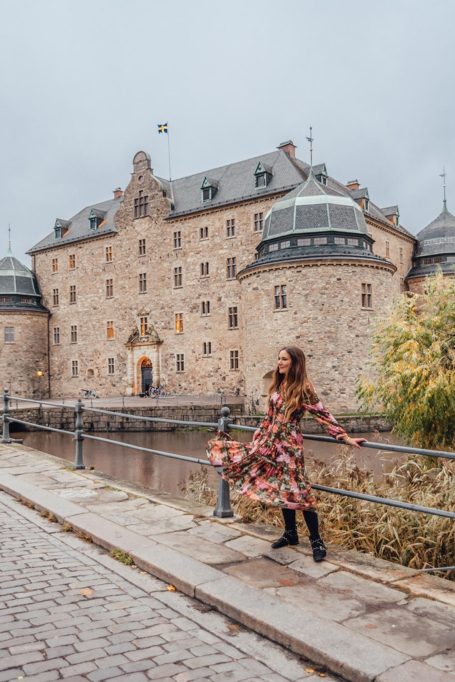 Ida Eriksson i blommig maxiklänning från Ajlajk utanför Örebro slott i Närke