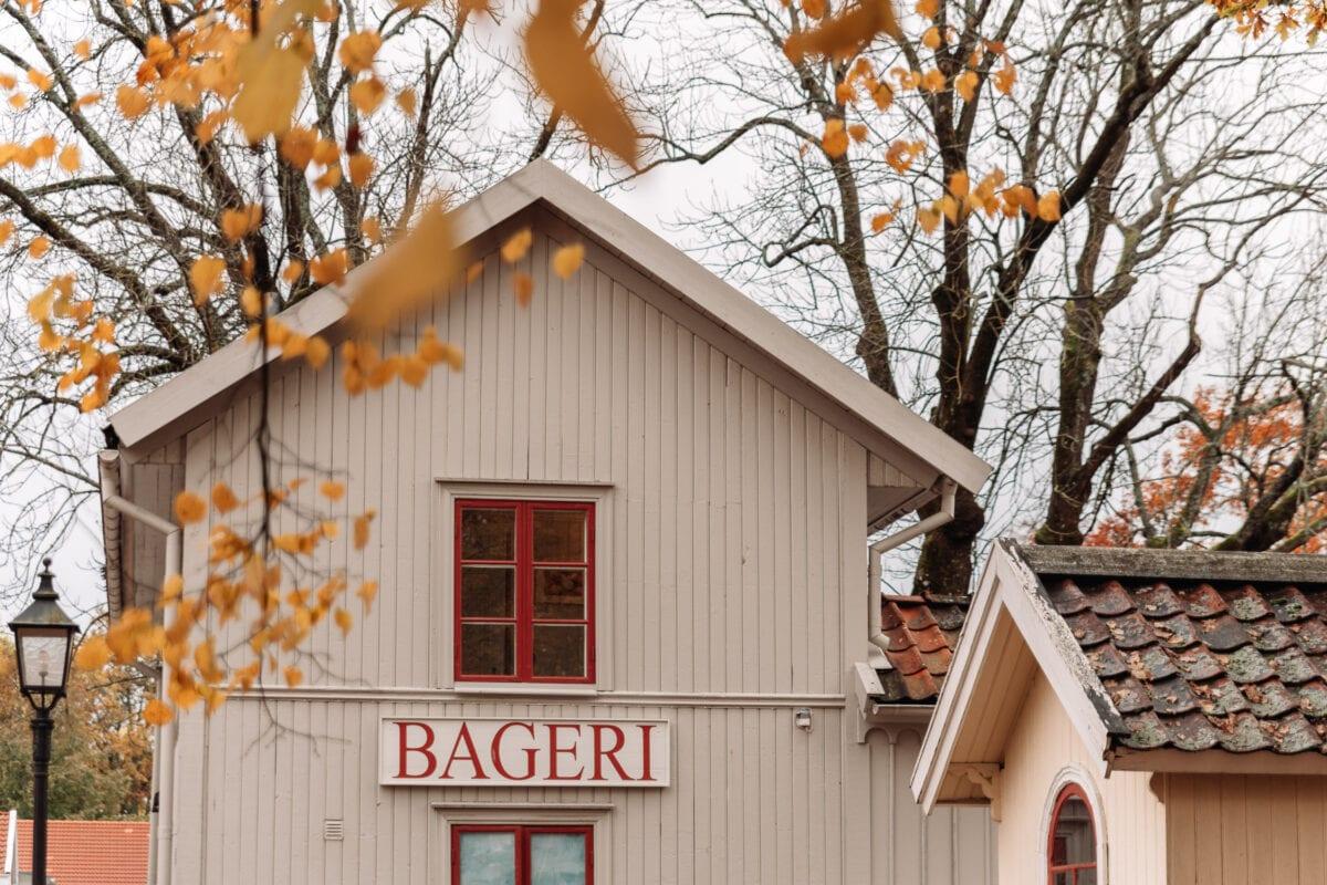 Vackert gammaldags bageri med röda fönsterbågar i Wadköping friluftsmuseum, Örebro