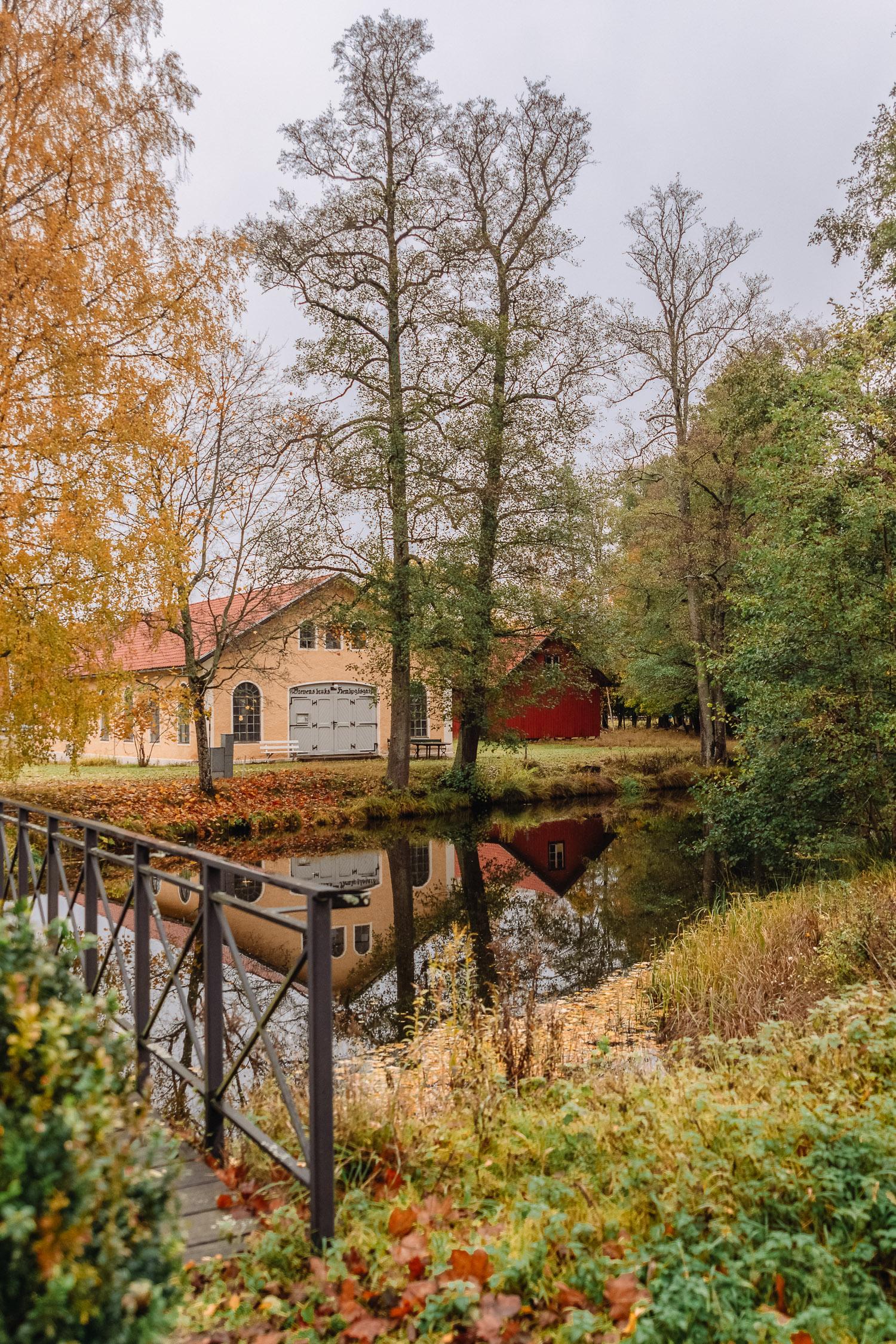 Vacker frodig höstvy i bruksmiljön Brevens bruk i Örebro