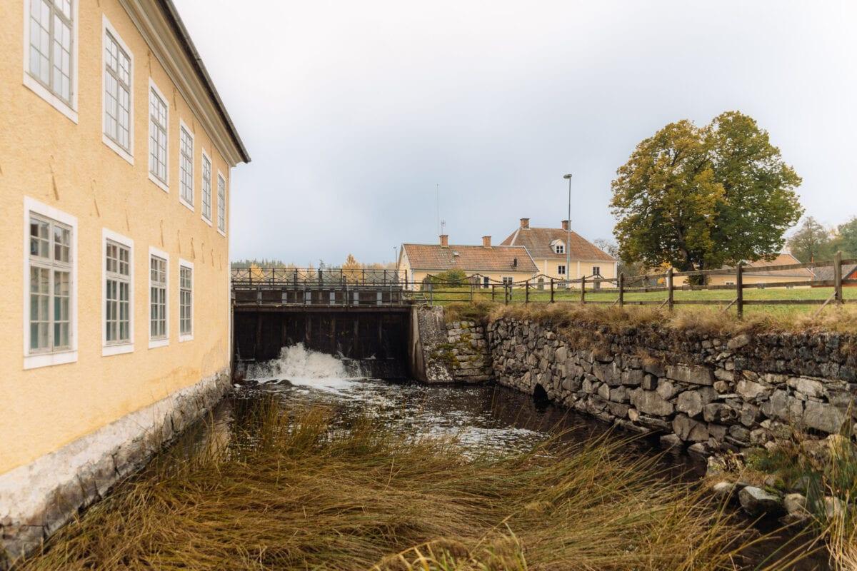 Gulputsade byggnader i bruksorten Brevens i Örebro kommun
