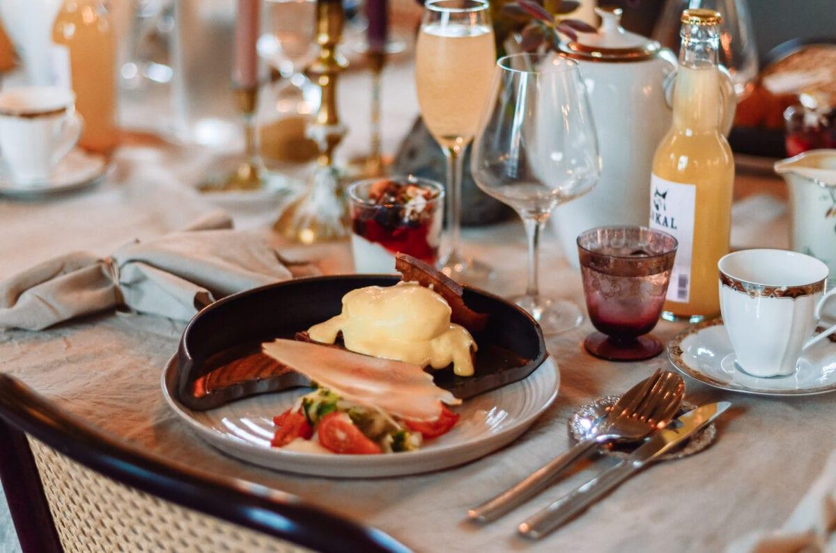 Vegetarisk ägg benedict och mimosa till lyxfrukost på Egastronomi i Kumla, Örebro