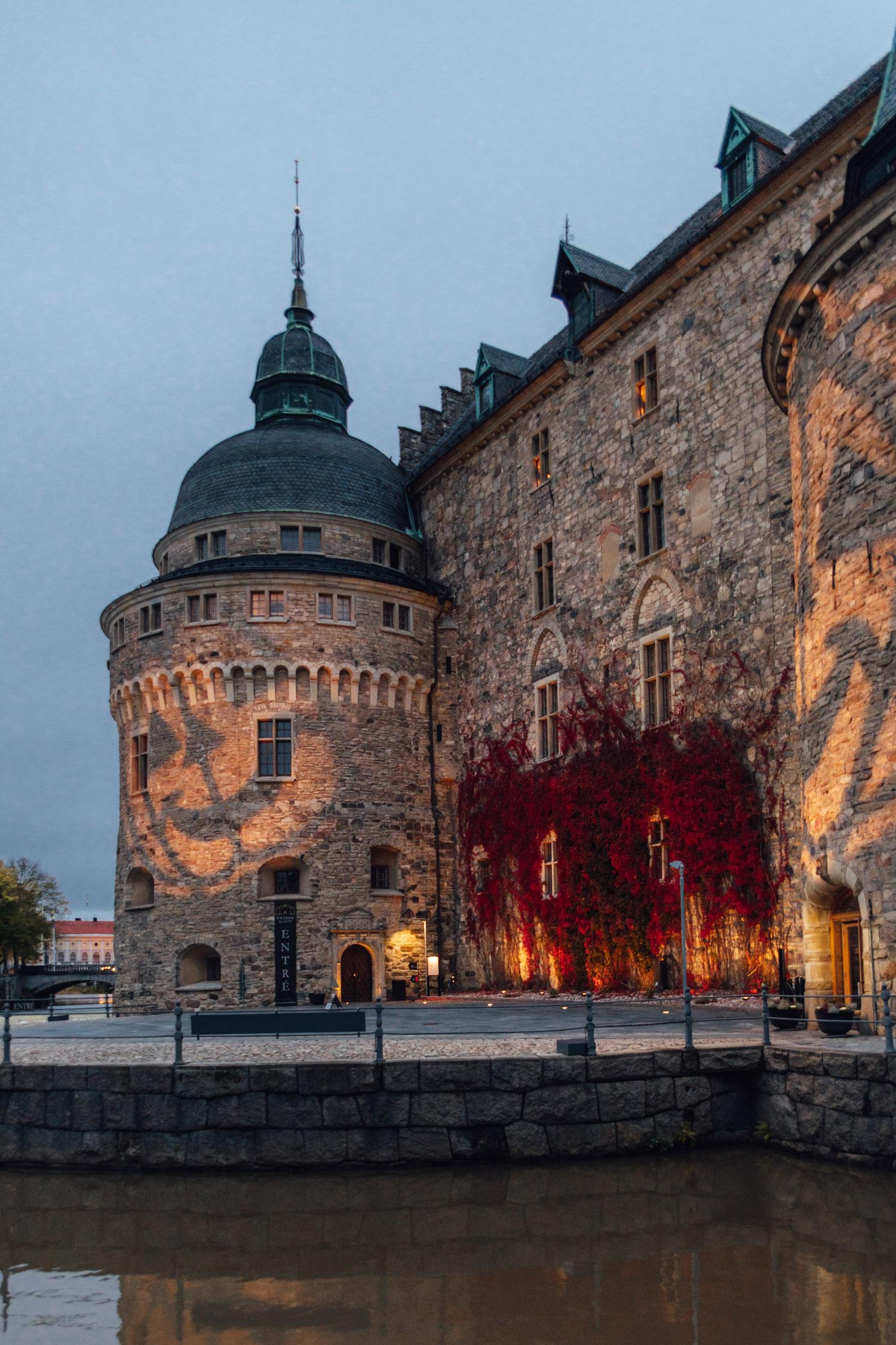 Kvällsbild på Örebro slott med Halloween-belysning