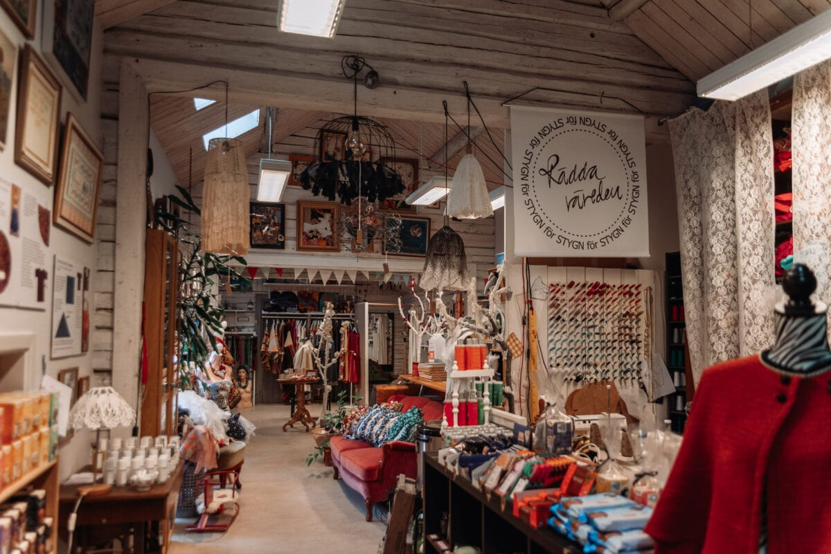 """""""Rädda världen"""" fullproppad second hand-butik i Wadköping, Örebro"""