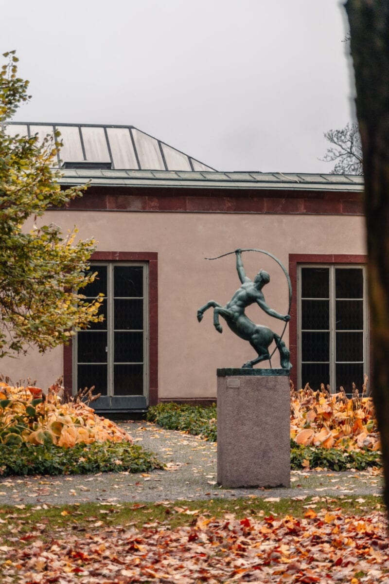 """Staty av """"Kentauren"""" utanför Örebro läns museum i stadparken, Örebro"""