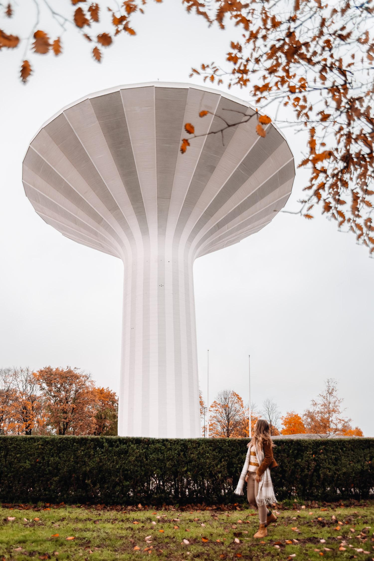 Ida Eriksson blickar upp mot ikoniska vattentornet Svampen, en sevärdhet i Örebro
